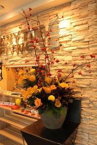 エニタイムフィットネスセンター赤羽北店様へ秋色のアレンジ - 北赤羽花屋ソレイユの日々の花