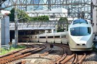 小田急50000形 新宿2号踏切にて - 東京鉄道写真局