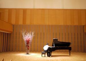 札幌コンサートホールKitara小ホールでのピアノリサイタルのステージ装花。「茶色ベースに赤。構成的できっぱりした感じ。情念ではなく」。2019/10/12。 - 札幌 花屋 meLL flowers