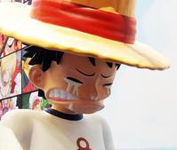 シャンクスから麦わら帽子をもらうルフィのフィギュア - ニューヨークの遊び方