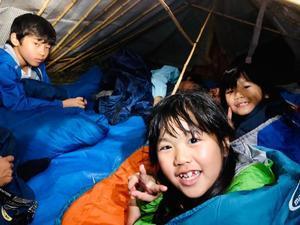 ひみつ基地キャンプ〔1日目〕今夜は自分たちで作ったひみつ基地の中でおやすみなさ?い。隙間風も入ってくるけど、意外と快適!とっても楽しい夜になっています。 - ねこんちゅ通信(ネコのわくわく自然教室)