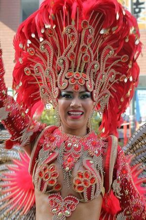 サンバ美女の、ド迫力衣装と笑顔(浅草サンバカーニバル、最終回) - 旅プラスの日記