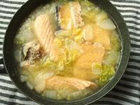 鮭のアラで、石狩鍋風な味噌汁と、実家の畑の柑橘のなった木 - Minha Praia