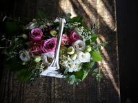 ご友人の婚約のお祝いにアレンジメント。「白の手付きカゴに、ピンク濃淡、白、グリーン等。心温まる感じ」。北2西2にお届け。2019/10/20。 - 札幌 花屋 meLL flowers