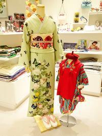 訪問着「薔薇と蝶のワルツ若草」と七五三「花くす玉」三歳用 - 豆千代モダン 新宿店 Blog