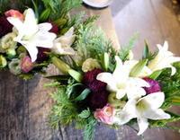 七回忌のアレンジメント一対。「白~赤紫等」。北2条にお届け。2019/11/15。 - 札幌 花屋 meLL flowers