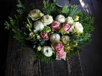 お母様の七回忌にアレンジメント。「バラやトルコキキョウを使って」。2019/11/23。 - 札幌 花屋 meLL flowers
