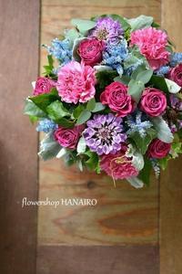 アスチルベ「染めスカイ」とバラ「愛染」を使ったフラワーアレンジメント。 - 花色~あなたの好きなお花屋さんになりたい~