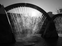 噴水 - モノクロ写真をアップする!