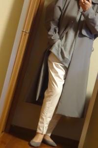 冬の白のパンツ、グレーのコートを着て - おしゃれ自己満足日記