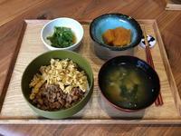 【献立】まぐろそぼろ丼、ピーマンの焼き浸し、かぼちゃの煮物、わかめのお味噌汁 - kajuの■今日のお料理・簡単レシピ■