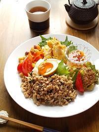 大豆ミートの和風ガパオ、ささみのアーモンド揚げ・・・お弁当の残り物ワンプレート♪ - キッチンで猫と・・・