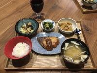 【献立】ブリのムニエル味噌ソース、茄子とカリフラワーのガーリック炒め、きゅうりのナムル、じゃがいもと白菜と油揚げの旨煮、舞茸のお味噌汁、ワイン - kajuの■今日のお料理・簡単レシピ■