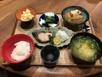 【献立】ブリの塩焼き、ポテトサラダ、ほうれん草のお浸し、白菜と魚河岸揚げの旨煮、豆腐と長ねぎのお味噌汁、日本酒 - kajuの■今日のお料理・簡単レシピ■