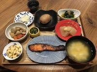 【献立】鮭の西京味噌漬け焼き、塩茹で大豆、里芋と蓮根と人参の煮物、聖護院大根の甘酢漬け、茎わかめと玉ねぎのおつまみサラダ、蒸しじゃがいも、ほうれん草のお浸し、ふろふき大根、豆腐のお味噌汁、日本酒 - kajuの■今日のお料理・簡単レシピ■