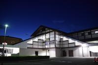 嵯峨嵐山駅 - ブルーアワーの街の情景