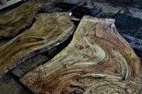 傷んだ栃の板を木取り解体 - SOLiD「無垢材セレクトカタログ」/ 材木店・製材所 新発田屋(シバタヤ)