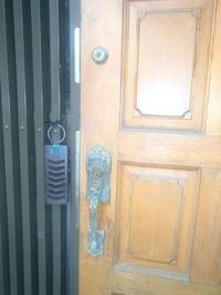 木製の玄関ドアにディンプルキーでツールックの取り換え錠に改修しました - 快適!! 奥沢リフォームなび