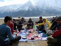 花見ならぬ山と氷河を見ながらアッパー・フンザトレッキング - パキスタン旅行会社&取材手配 おカミさんやっています
