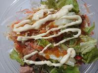 2/6夜勤飯 ファミマ パリパリ麺サラダ、7種の野菜が摂れる豚汁 - 無駄遣いな日々
