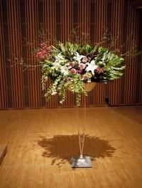 チャリティコンサート「日本の心をうたう」のステージ上スタンド花。札幌コンサートホールKitara小ホール。2020/02/07。 - 札幌 花屋 meLL flowers