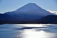 本栖湖湖畔の反射 - 風の香に誘われて 風景のふぉと缶