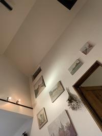 吹き抜けの壁にアートを - カフェスタイルの家づくり~Asako's WORK & LIFE