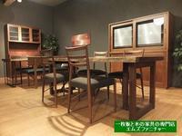 ウォールナットの一枚板、ウォーナットの食器棚、濃い色合いの魅力を見て下さい。 一枚板と木の家具の専門店エムズファニチャーです。 - ウォールナットの一枚板テーブルとウォールナットの無垢の家具 M's furniture