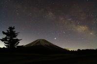 令和2年3月の富士(7)富士ヶ嶺の星空の富士 - 富士への散歩道 ~撮影記~