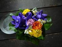 お彼岸にアレンジメント。「バンダ蘭バンダブルーを使って、明るい感じに」。室蘭市に発送。2020/03/17着。 - 札幌 花屋 meLL flowers