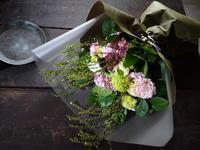 お彼岸に墓前にお供えする花束。「ピンクを入れて、春らしく優しい感じ」。南26条にお届け。2020/03/19。 - 札幌 花屋 meLL flowers