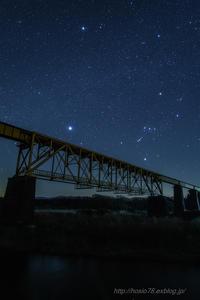 鉄橋を渡る冬の大三角 - デジタルで見ていた風景