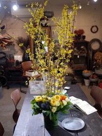 歓迎のアレンジメント。澄川3条にお届け①。「黄色~オレンジ系、かっこいい感じ」。2020/03/24。 - 札幌 花屋 meLL flowers