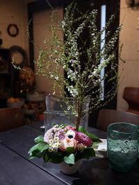 保育園の卒園式に、お祝いのアレンジメント。「春の花を添えて」。月寒東3条にお届け。2020/03/28。 - 札幌 花屋 meLL flowers