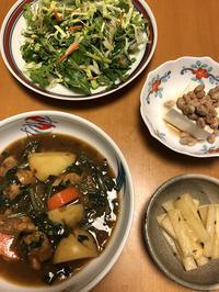 チキンほうれん草カレーと、香草サラダと、納豆豆腐と、大根アチャール風、それにお味噌汁 - かやうにさふらふ
