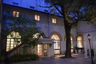 宝塚ホテル(中庭周辺) - ブルーアワーの街の情景