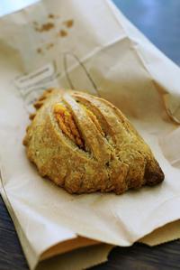 ソトで食べよう宗像堂の読谷黄金芋のパイ - ちゅらかじとがちまやぁ