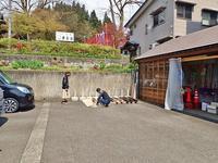 標柱に防腐塗料を塗ります - 浦佐地域づくり協議会のブログ