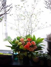 ご葬儀のアレンジメント。上野幌斎場にお届け①。「薔薇も使って可」。2020/05/03。 - 札幌 花屋 meLL flowers