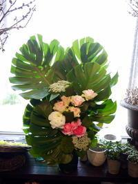 ご葬儀のアレンジメント。上野幌斎場にお届け③。「薔薇も使って可」。2020/05/03。 - 札幌 花屋 meLL flowers