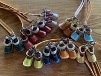 小さな革の靴のペンダント - レイの手仕事