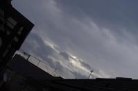 今朝の雲「いままで、雲のあがってなかった方面に大きくくろい雲」が! - 秋葉原・銀座 PHOTO by ari_back