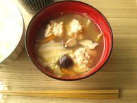 鶏つみれとキャベツ、椎茸の、主菜になる味噌汁 - Minha Praia