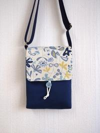 北欧風花柄フラップのショルダーバッグ/青花 - のらりくらりとハンドメイド