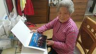 大統領府から写真を受け取る金正珠さん - 不二越強制連行・強制労働訴訟を支援する北陸連絡会