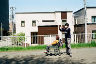 サイクリングロード寸景(2)母孝行と日陰の新聞 - 照片画廊