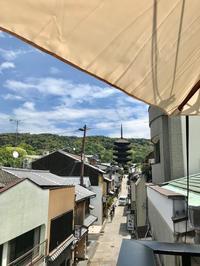 テラス席からの眺めをどうぞ - はんなりかふぇ・京の飴工房 「憩和井(iwai)  八坂店」Cafe iwai Yasaka and Kyoto_Candy Shop