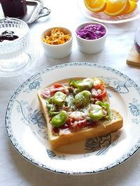 そら豆のピザトーストと、クレマチス・ロマンティカ - キッチンで猫と・・・