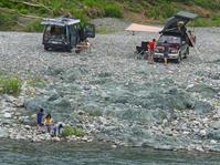 河原で遊ぶ人と半村良5月24日(日) - しんちゃんの七輪陶芸、12年の日常