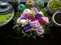 退院のお祝いにアレンジメント。「紫~ピンク系、華やかな感じ」。南11条にお届け。2020/05/24。 - 札幌 花屋 meLL flowers